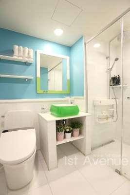 interior kamar mandi warna warni